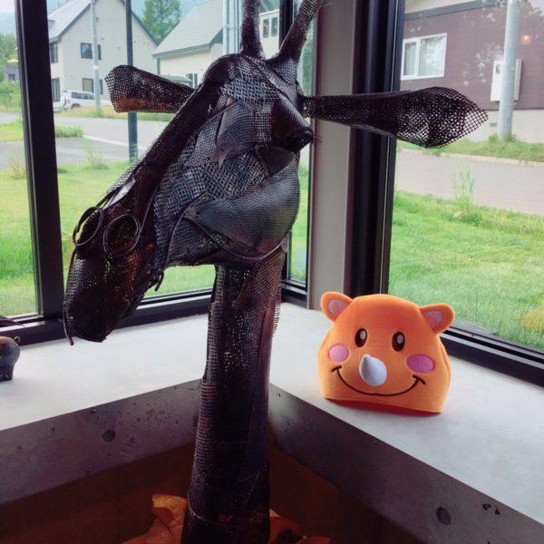お馬さんのオブジェとツノっち❤️ とある、ギャラリーにて😊💕 お馬さんのまつげが…可愛い❤️