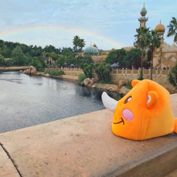 ツノっち、夢の国の川を眺める(´∀`)